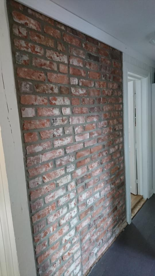 Oppfriskning av gammel mursteinsbrannmur.
