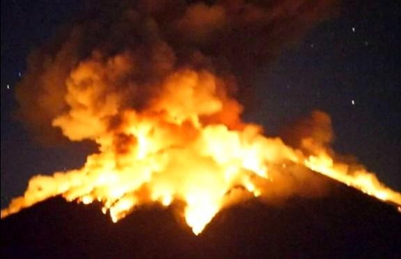 Gunung Agung Bali Kembali Muntahkan Lahar Panas