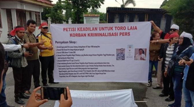 Pers Dikriminalisasi, Puluhan Wartawan Demo di Kejari dan Kejati Riau