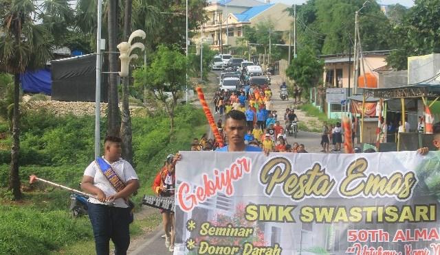Jalan Sehat Pesta Emas SMK Swastisari Kupang, Dukung Kebersihan Kota Kasih