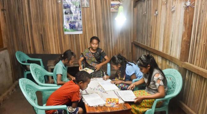 Usai Listrik Nyala di Desa Tuamese, Kades Mesak Latih Warganya Ekonomi Kreatif