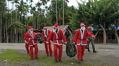 Jadi Sinterklas, Satgas Yonif Raider 100/PS Sebar Bingkisan Natal ke Warga Papua