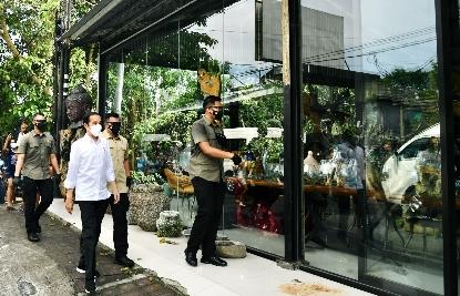 Kunjungan Kerja di Bali, Presiden Jokowi Singgah ke Toko Mebel di Ubud