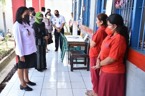 Ketua Dekranasda Mastuti Djafar Apresiasi Kreativitas WBP Lapas Kelas IIB Ende