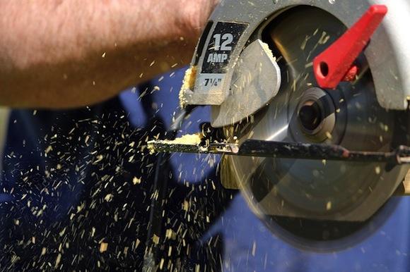Eine Kreissäge mit Schiene erlaubt Bretter genau zurechtzusägen.