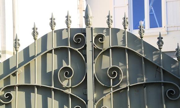 Sichtschutz aus Metall wirkt immer verteidigend statt einladend.
