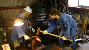 Blacksmithing making knives traditional knife making in Japan (1)