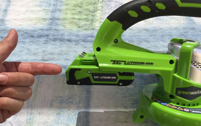 Greenworks-24-Volt-Sweeper-inserting-battery