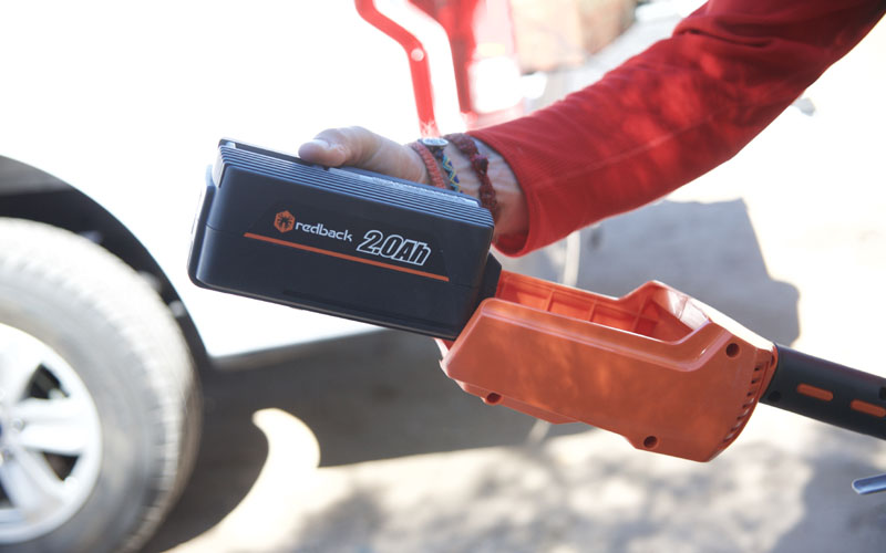 Redback Chainsaw Pole Pruner intalling battery