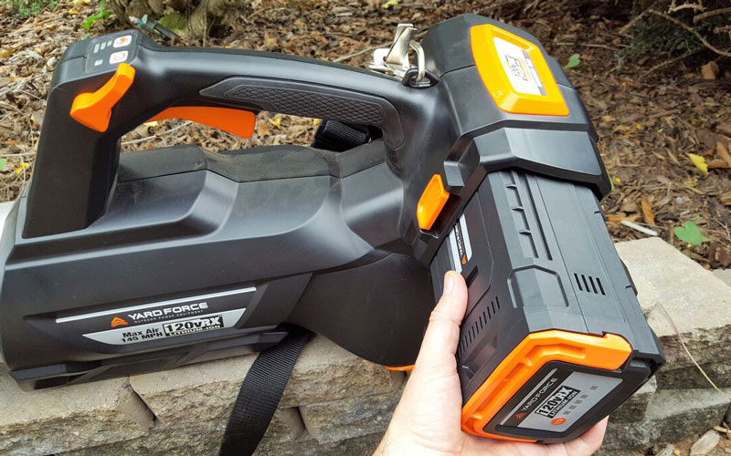 Yard Force Blower Inserting the fully charged battery