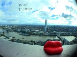 ダリのキスモニュメントと一緒に、ロンドンビュー!