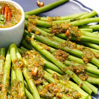 GREEN BEANS WITH GARLIC PECAN OIL