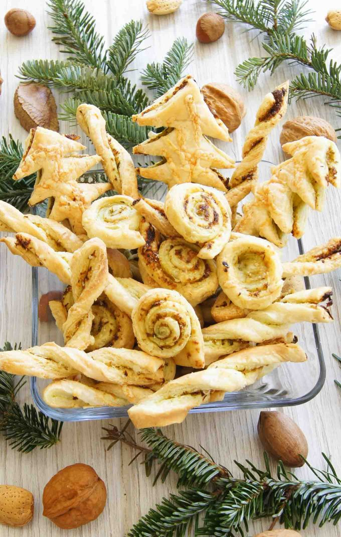 Easy, 30min Puff Pastry Garlic Twists recipe - perfect when you're peckish before the main meal and to keep cheese & garlic cravings at bay.