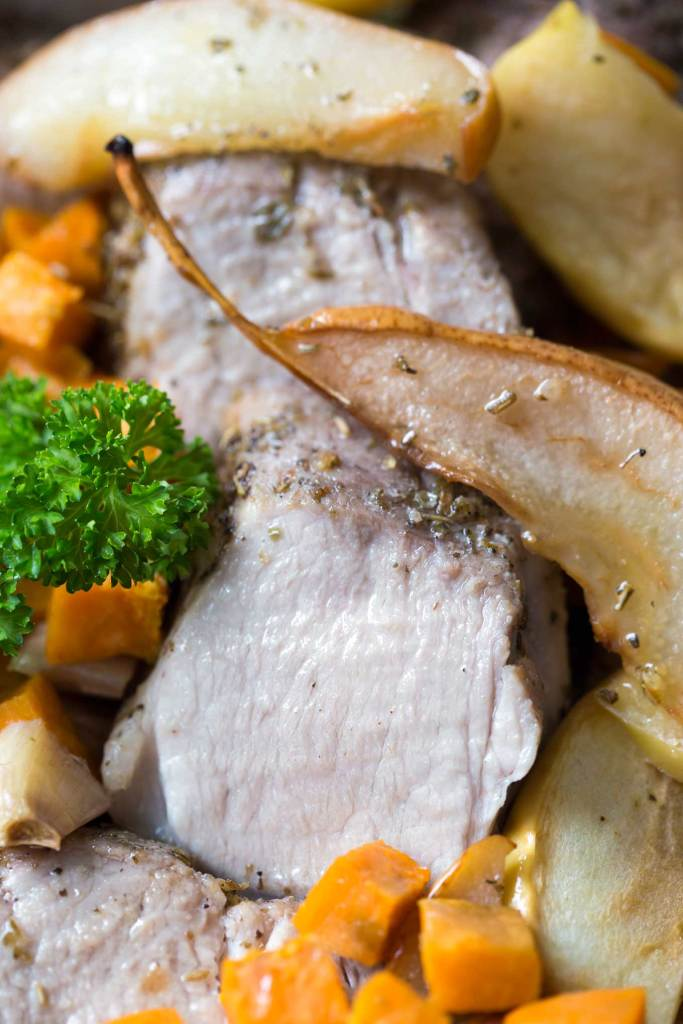 One pan roasted pork tenderloin with sweet potato, pear, apple and garlic is a delicious meal, ready in 40 min and with hardly any effort.