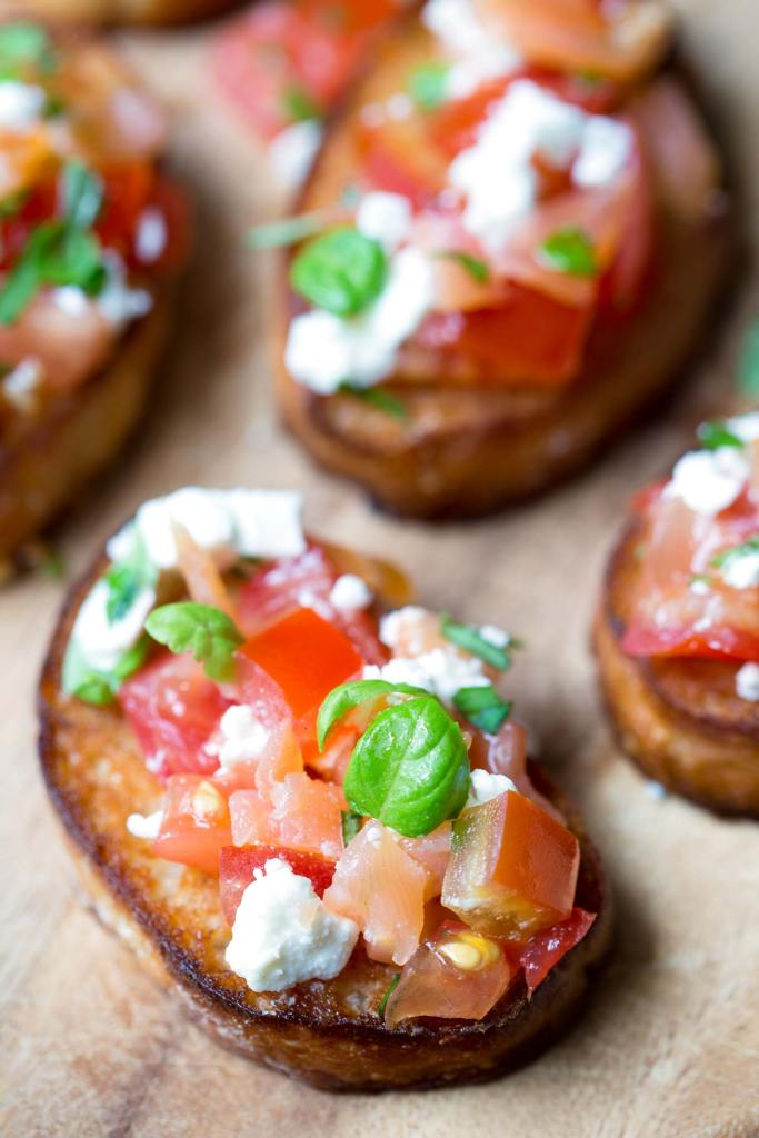Honey Salmon Feta Bruschetta is a perfect party appetizer you can make in under 30 min. Fresh and juicy - perfect with a glass of bubbly.