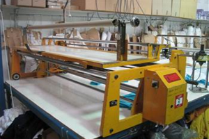 Semi-automatic fabric spreading machine