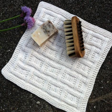 """""""Twin Peaks"""" øko-vaskeklud i Alba. Sæben er hjemmelavet (af mig) og indeholder gode sager som citronmelisse, persille og citrusduft. Neglebørsten er også dansk håndværk, lavet af en børstenbinder fra Randers-egnen."""