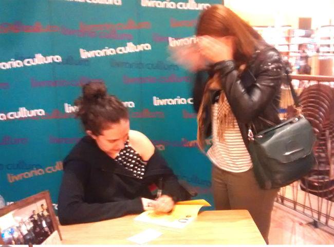 Jout Jout fofíssima autografando o livro e eu trêmula