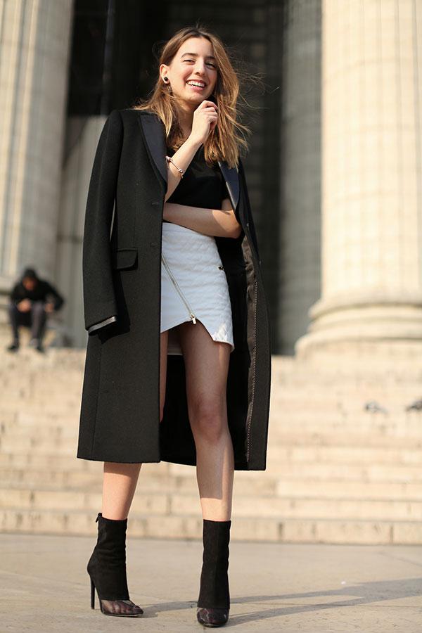 street-style-sarah-nait-saia-recortes-trench-coat-preto-botas-alexander-wang