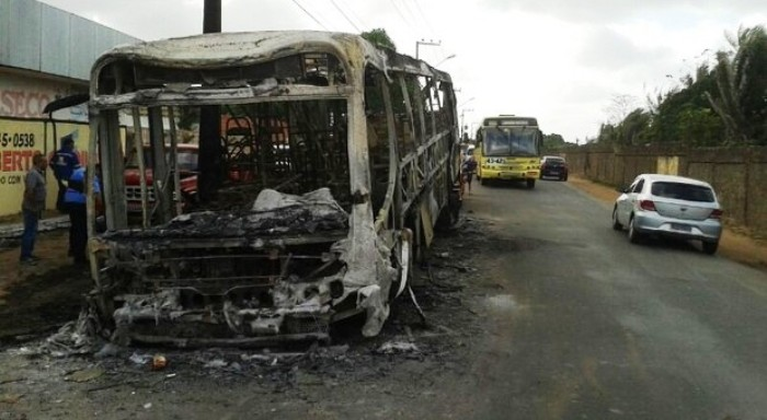 O que sobrou do ônibus após ataque da bandidagem