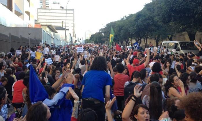 """Ato organizado nas redes sociais pelo """"Coletivo Pela Democracia"""" se concentra na Praça do Ciclista - Stella Borges"""
