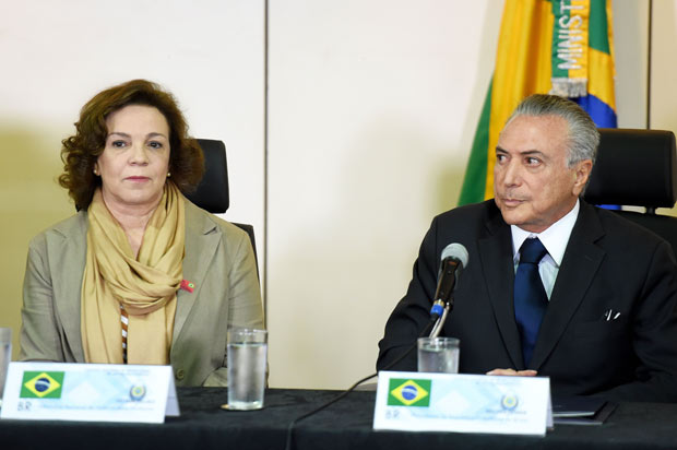 A indicada para a Secretaria de Políticas para as mulheres, Fátima Pelaes, com Michel Temer /Foto:Evaristo SA/AFP