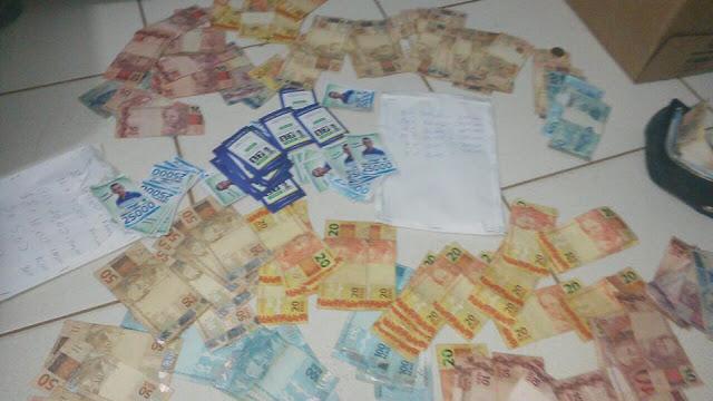 Dinheiro e santinhos apreendidos pela polícia com militante em Balsas acusado de comprar votos
