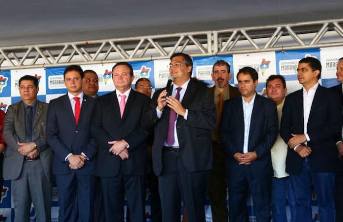 O governador Flávio Dino e o prefeito Edivaldo Holanda  durante entrega de viaturas na Praça Maria Aragão