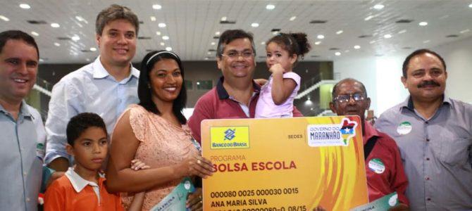 Flávio Dino participa do dia de mobilização de entrega de cartões do Bolsa Escola