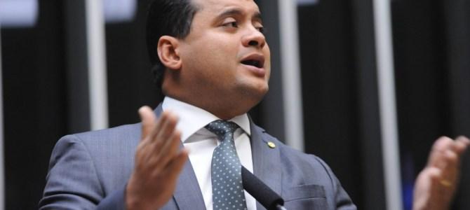De tanto incomodar e poder ocupar uma vaga no Senado, Weverton vira alvo da Globo