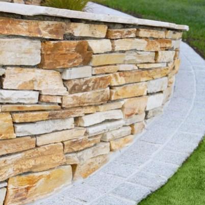 Eine Natursteinmauer mit Barge Quarzit. garten leber