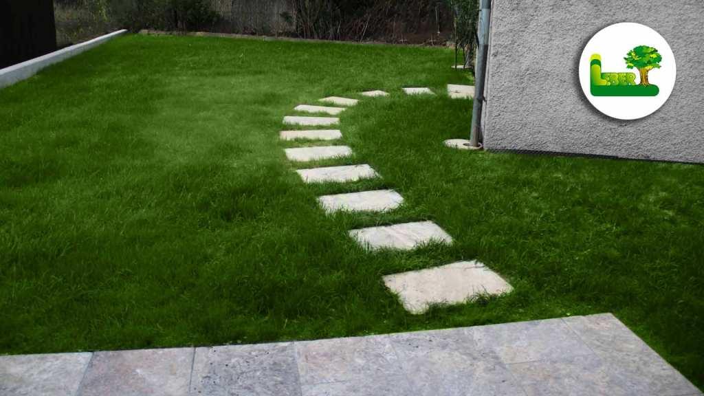 Travertin Trittplatten in Rasenfläche. Sehr modern. - Optimal für Einfamilienhaus mit Bauhausstil.
