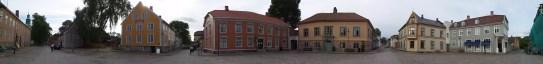 Panoramaansicht des Marktplatzes in Frederikstad mit vielen Holzhäuser