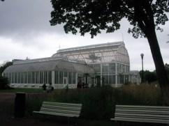 Altmodisches und sehr großes Palemhaus/Glashaus in einem Park.