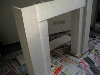 Weiß angestrichene Kaminattrappe (mit untegelegten Zeitungen zum Schutz des Bodens)