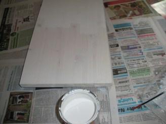 Holzbrett in weiß angestrichen (Unterschied zwischen zwei Anstrichen)