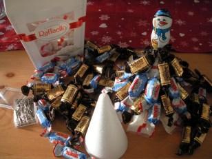 Schokoladenpyramide, Styroporpyramide und viele Süßigkeiten drum herum verteilt