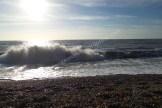 Wellen am Kiesstrand