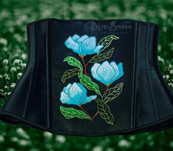 Корсеты на пояс, которые отлично сочетаются с верхней одеждой. Рассказываем, где купить