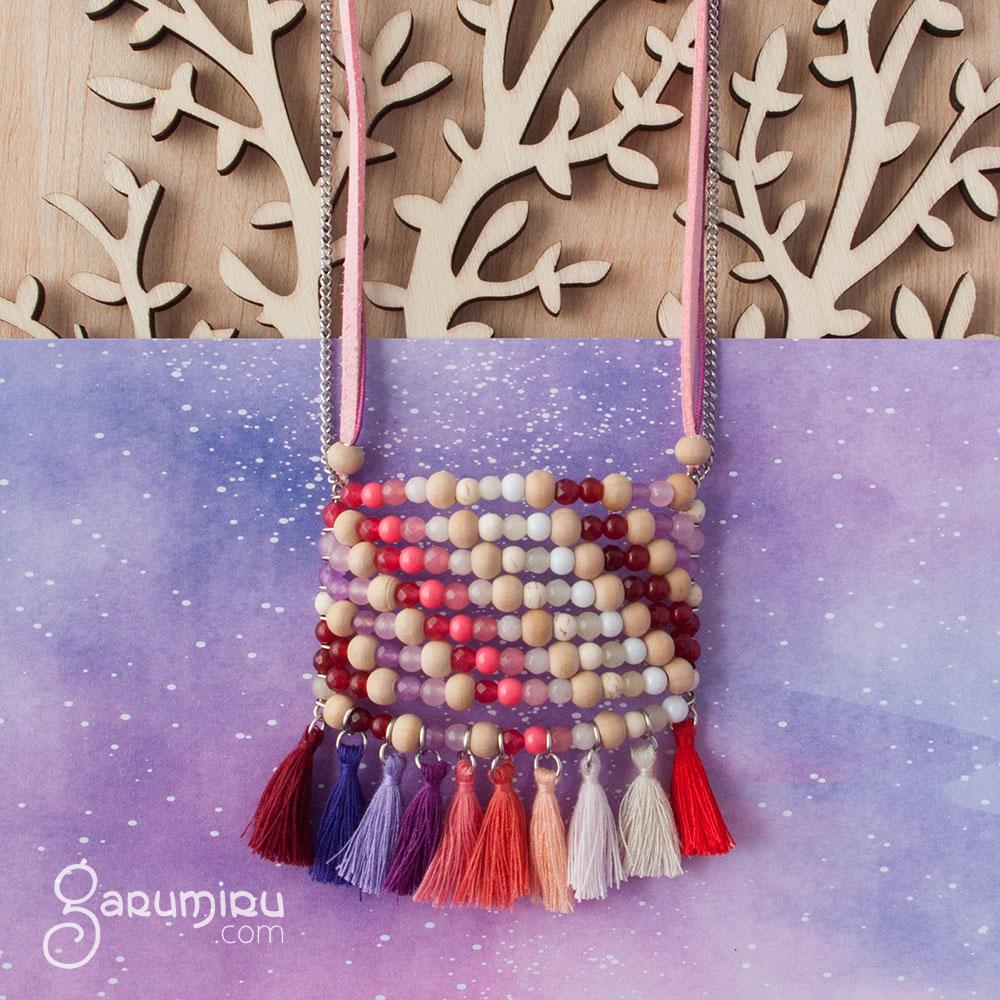 collar multicolor con acero madera y borlas