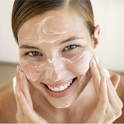 membersihkan wajah secara alami