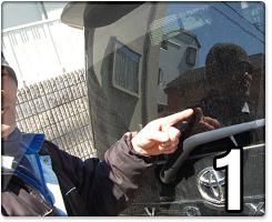 隊長のステッカー貼り:車に貼ります。ここに貼ります。
