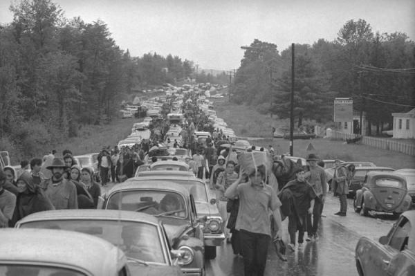 q222 - 50 anos do Festival de Woodstock, muito rock, paz, amor e carros.