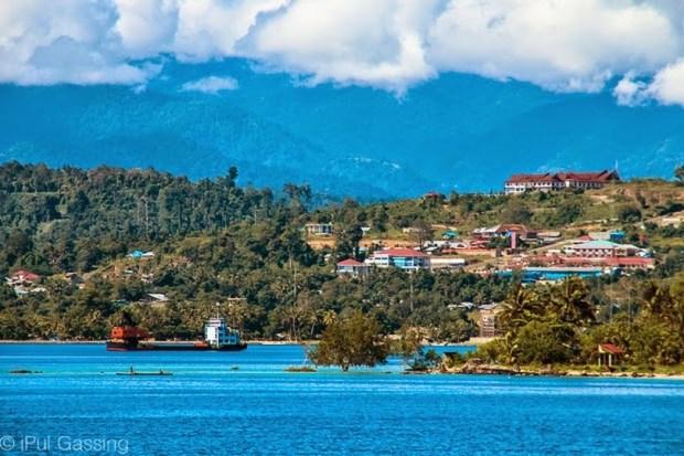 Kota Manokwari dari tepian teluk Doreri
