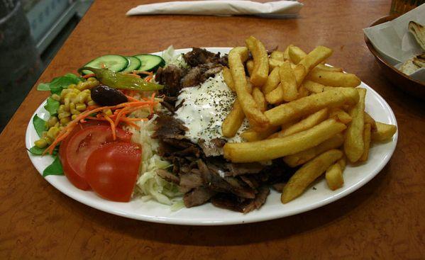 Griechisches Gyros mit Gemüse und Pommes frites