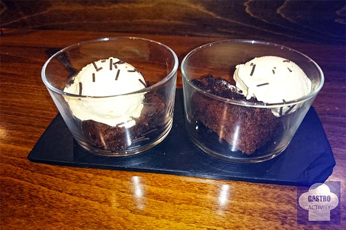 Chatos de brownie con helado