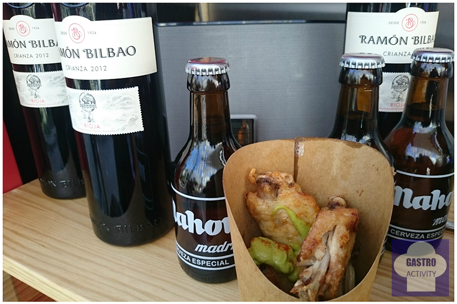Alas de pollo con guacamole, cervezas Mahou y vino Ramon Bilbao en MadrEAT