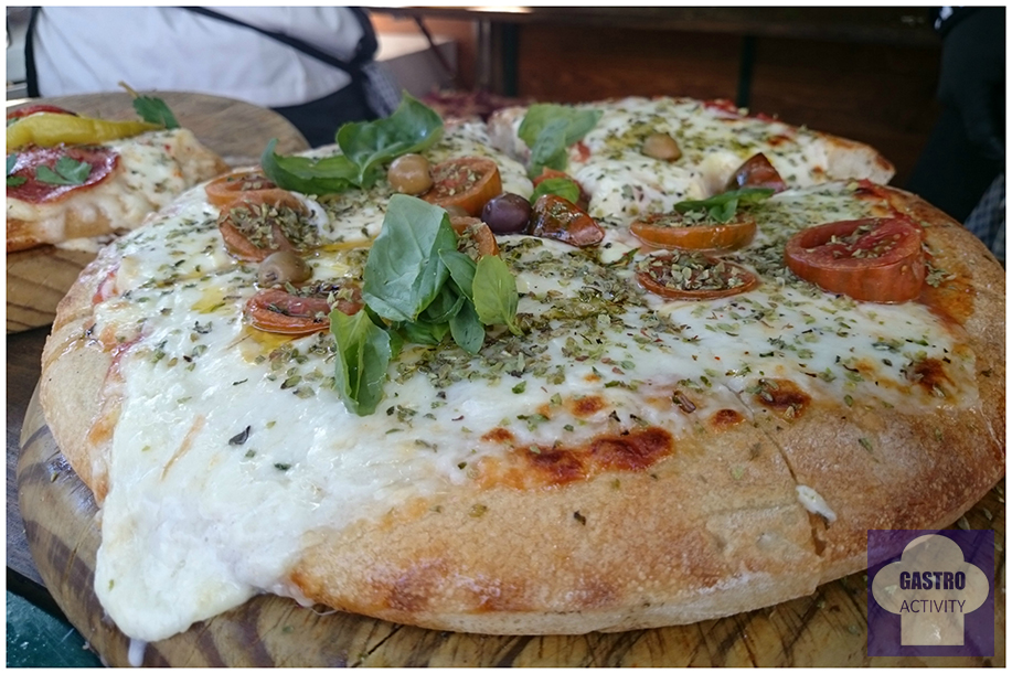 Pizza Napolitana: con tomate, queso Picsa, tomate Cherry, ajo, albahaca y aceituna MadrEAT