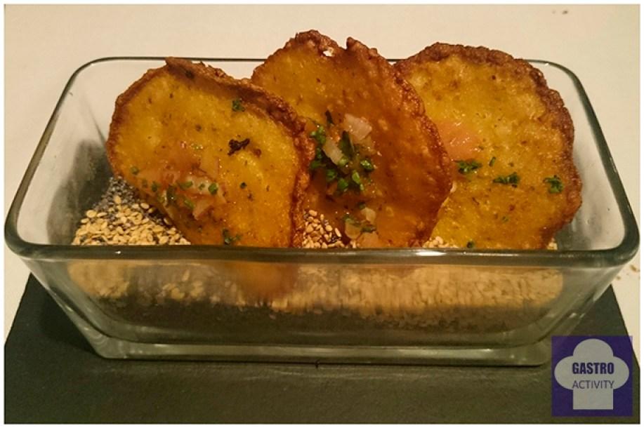 Tortitas de camarones con vinagreta de tomate y cebolla con semillas de sésamo y amapola