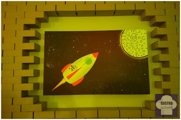 Viaje a la luna en restaurante Desencaja de Madrid